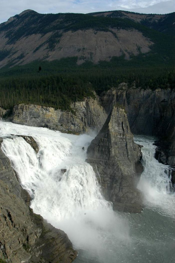 dead800px-Virginia_Falls,_Northwest_Territories